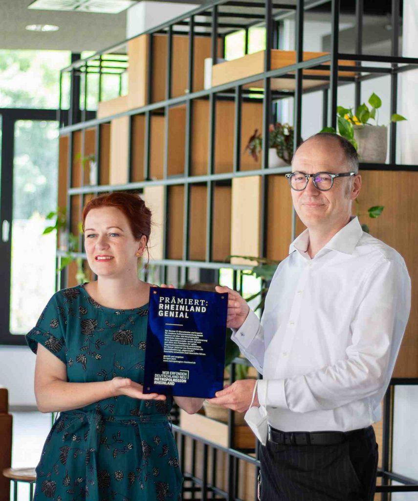 Bonns Oberbürgermeisterin Katja Dörner überreicht die Auszeichnung