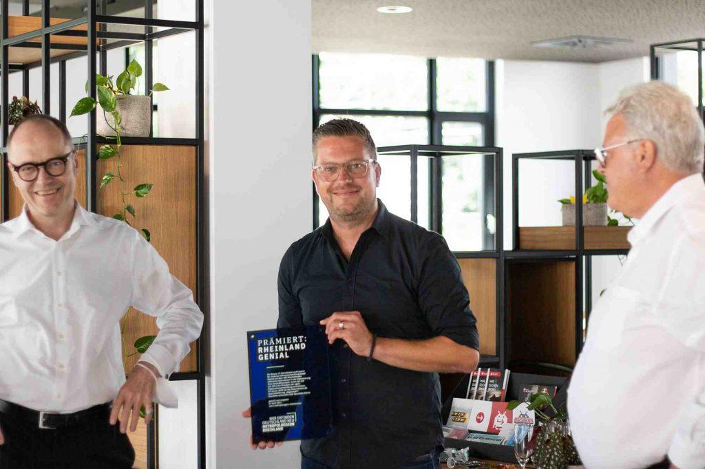 Die beiden tarent Geschäftsführer Stefan Barth (li) und Boris Esser (2. v. li) freuen sich über den Preis
